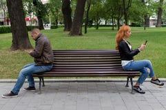 Les amis sont amusement pour observer quelque chose à un téléphone portable Images libres de droits