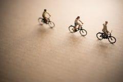 Les amis sont en voyage de vélo Photo libre de droits
