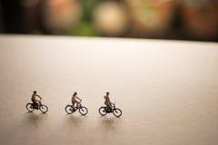 Les amis sont en voyage de vélo Image stock