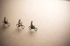 Les amis sont en voyage de vélo Photos stock
