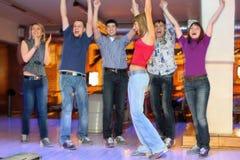 Les amis soulèvent des mains pour le jet réussi de la fille Photos libres de droits