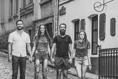 Les amis sourient sur la rue de ville, style urbain, vacances d'été, voyage Photographie stock