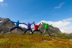 Les amis sportifs apprécient des vacances en montagnes de la Norvège Images stock