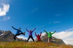 Les amis sportifs apprécient des vacances en Norvège Photographie stock libre de droits