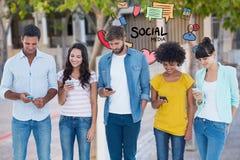Les amis textotant par des téléphones portables avec le media social textotent et des icônes à l'arrière-plan Photo stock
