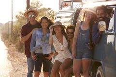 Les amis voyageant dans un camping-car font un bord de la route s'arrêter Image stock