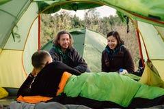 Les amis voyagent et campant ensemble la nature, le sourire et en BO sauvages Images stock
