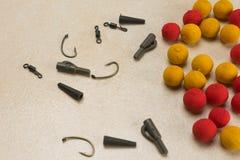Les amorces, crochets, ledcor, préparent l'attirail d'attirail pour la pêche de carpe Copiez la pâte Photos stock