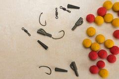 Les amorces, crochets, ledcor, préparent l'attirail d'attirail pour la pêche de carpe Copiez la pâte Photo stock