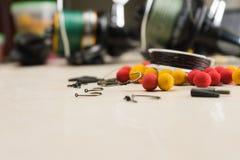 Les amorces, crochets, platines, bobines, se prépare à la pêche de carpe Copiez la pâte Photos stock