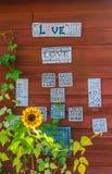les Amour-mots et se connecte la décoration de mur Photo stock