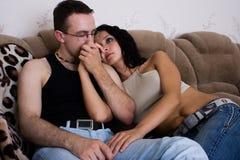 Les amoureux s'asseyent ensemble Photos libres de droits