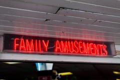 Les amusements de famille se connectent la rue Concept de loisirs avec le signe de lampes au néon Publicité avec les lampes au né Photographie stock