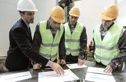 Les andworkers d'ingénieur discutent des papiers Images stock