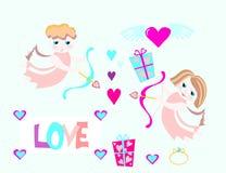 Les anges de garçon et de fille volent avec l'arc, présents Image libre de droits