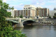 Les anges jettent un pont sur dans la ville de Prague image libre de droits