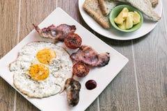 Les anglais anglais traditionnels ont fait frire le petit déjeuner avec le lard d'oeufs et Images libres de droits