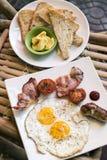 Les anglais anglais traditionnels ont fait frire le petit déjeuner avec le lard d'oeufs et Photos libres de droits