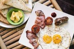 Les anglais anglais traditionnels ont fait frire le petit déjeuner avec le lard d'oeufs et Photo libre de droits