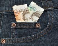 Billets de banque anglais dans la poche de denim Photographie stock