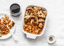Les Anglais ont fait le haricot et le lard cuire au four de sauce tomate avec les miettes de pain et le verre de la vigne rouge s Images stock
