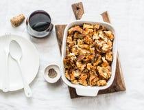 Les Anglais ont fait le haricot et le lard cuire au four de sauce tomate avec les miettes volumineuses complétant sur le fond cla Photographie stock