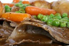 Les anglais traditionnels rôtissent avec le pudding de Yorkshire et le veg d'été Photographie stock