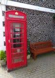Les anglais traditionnels téléphonent la boîte sur une rue en Angleterre Photo stock
