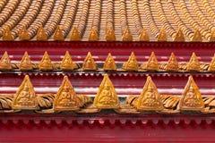 Les angles décrivent sur le toit du temple de Benchamabophit image libre de droits