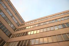 Les angles de l'architecture de la moitié du siècle au coucher du soleil photos libres de droits
