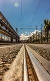 les angles faibles regardent d'une route d'asphalte à Lisbonne pendant le mi jour avec le beaux ciel bleu et nuages photo libre de droits
