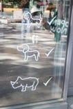 Les animaux familiers amicaux ont permis le signe d'entrée Image libre de droits