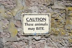 Les animaux peuvent mordre le panneau d'avertissement au parc de safari de zoo photo libre de droits