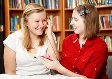 Les années de l'adolescence écoutent le MP3 Image libre de droits