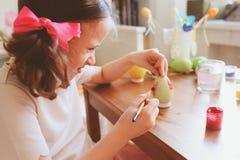 Les 7 années heureuses badinent la fille peignant des oeufs de pâques Préparations de métier et de vacances de Pâques Photos libres de droits