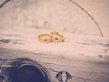 Les anneaux d'or sur le bois photographie stock libre de droits