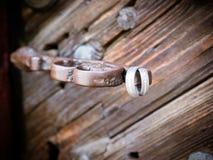 Les anneaux de mariage à la vieille porte d'église photo libre de droits