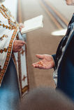 Les anneaux de mariage classiques d'or dans a équipe la main photographie stock