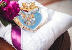 Les anneaux de mariage de concepteur dans le coin sur un fond de scintillement de scintillement dans la bannière panoramique comp Photos libres de droits