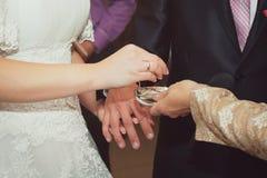 Les anneaux de mariage d'échange de couples Photo stock