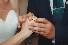 Les anneaux de mariage d'échange de couples Images stock