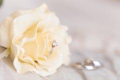 Les anneaux de mariage de l'or blanc et de l'angage sonnent Photos stock