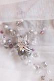 Les anneaux de mariage de l'or blanc et de l'angage sonnent Image stock