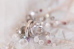 Les anneaux de mariage de l'or blanc et de l'angage sonnent Photo libre de droits