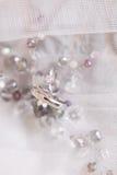 Les anneaux de mariage de l'or blanc et de l'angage sonnent Images stock