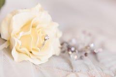 Les anneaux de mariage de l'or blanc et de l'angage sonnent Photographie stock libre de droits