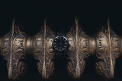 Les anneaux de mariage des jeunes mariés sont sur la montre-bracelet images stock