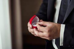 Les anneaux de mariage se situent dans une belle boîte de mariage, mariage, le ` s m de marié Photographie stock