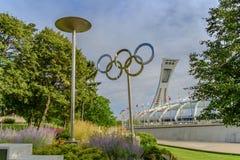 Les anneaux et le stade olympiques Images stock