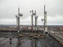 Les antennes à hyperfréquences sur le toit photographie stock